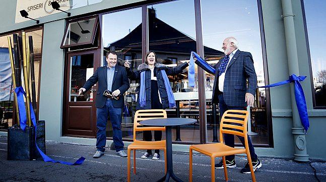 Hallen spiseri & fiskeutsalg ble offisielt åpnet 18. oktober 2018. Fv Freddy Stindin, Sjømat AS, byråd Hanna Marcussen og Bjørn Gjeitnes, daglig leder Fiskehallen.