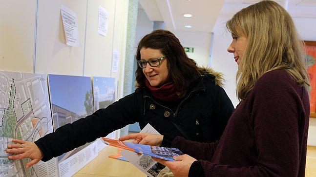 Rødtvet-boer Camilla Sande vil gjerne vite mer om utbyggingsplanene og får hjelp av PBE-planlegger Marit Askbo.