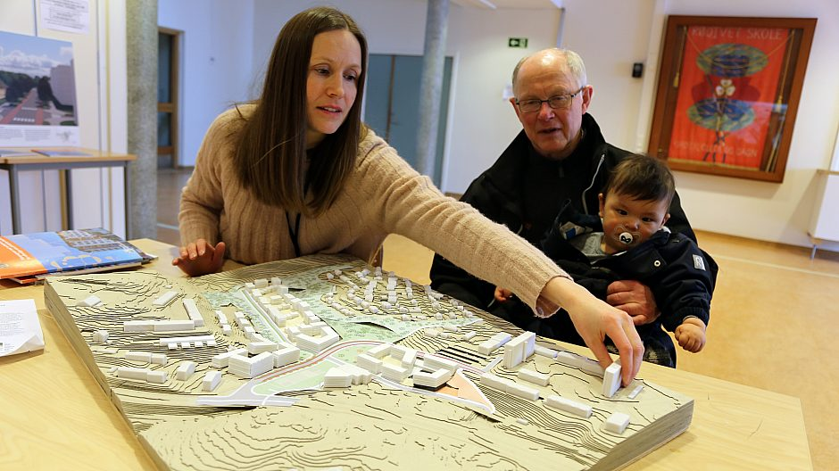 Planlegger Karen Rognstad viser Rødtvet-beboer Hogne Stenbakk (og barnebarnet Martin) hvordan området kan bli.