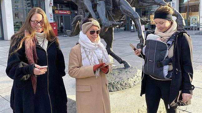 Marianne Hoff Engesland, Hedda Paulsen og Lisette Andersson med lille Colin på 2 måneder på magen, har skapt en egen ikke-kommersiell sosial arena utendørs ved hjelp av mobiltelefon.
