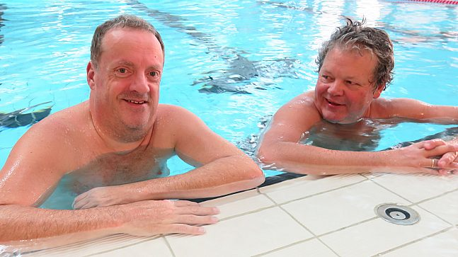 Kompisene Håvard Blix (t.v.) og Yngve Øines har svømt på Tøyenbadet flere ganger i uka i minst 15 år. – Svømming er veldig fin mosjon, i tillegg er det sosialt. Vi motiverer hverandre