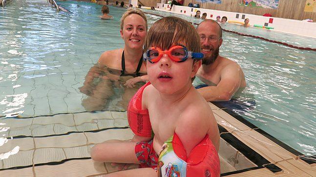 Benjamin (4 år) stortrives i barnebassenget og er ofte på Tøyenbadet sammen med pappa Vegard Asplund og mamma Åse Sivertsen. Foreløpig kan ikke fireåringen svømme, men målet er å bli trygg på vannet .