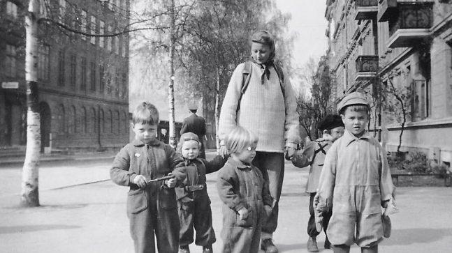 Parktante Kirsten Elisabeth Røsjorde fotografert på hjørnet av Frederik Stangs gate og Elisenbergveien i april 1945, på sin daglige runde for å hente barna til barneparken i Frognerparken.