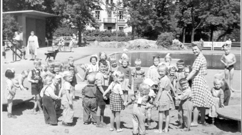 Tante Centy i Stensparken med en stor barneflokk.