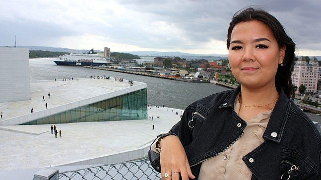 Amanda Grindheim kommer aldri til å klage på utsikten fra takterrassen på Diagonale Studentbolig der hun bor. Hun kan nærmest ta på turistene som spaserer på Operataket.