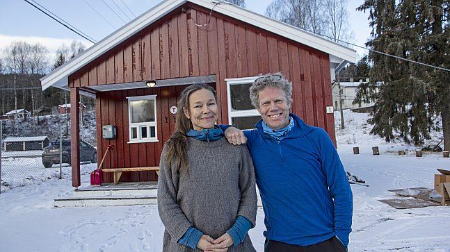 Prosjektmedarbeider Hege Eika Frey i DNT Oslo og Omegn og veileder Tor Einar Høystad fra Bydel St. Hanshaugen har funnet seg godt til rette i varmestua.