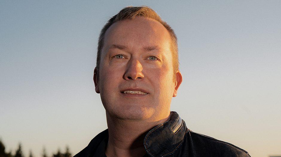 Kjetil Torsnes Hetland leder borettslaget på Røverkollen og har vært en pådriver for det nyskapende ladeanlegget.