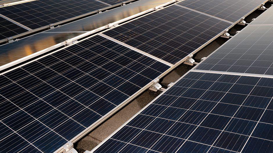 De 252 solcellepanelene på taket av garasjeanlegget dekker ca. 400 kvadratmeter.