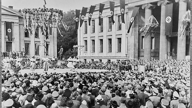 Universitetet i Oslo ble okkupert av nazistene i 1940, for deretter å bli stengt tre år senere. Bildet viser en høsttakkefest i 1941 der Reichkommissar Terboven talte.