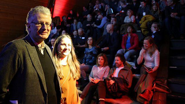 """Enhetsleder Stein Kolstø og prosjektleder Liv Marit Dønnem Søyseth redegjorde om """"Aktiv vannflate"""" for en rekke interesserte fremmøtte i Salts bratte møtelokaler."""