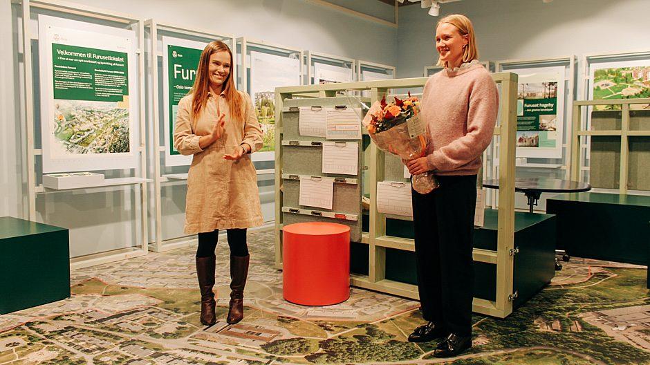 Bydelutvalgsleder Mari Morken (t.v) sammen med interiørarkitekt Sunniva Haugen Breidvik under åpningen av Furusetlokalet i begynnelsen av oktober. Foto: Andrine Davidsen