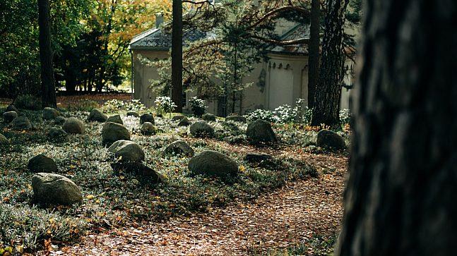 Det tilsynelatende naturlige skogsområdet i utkanten av gravlunden på Grefsen er egentlig en nøye planlagt skogsgrav.