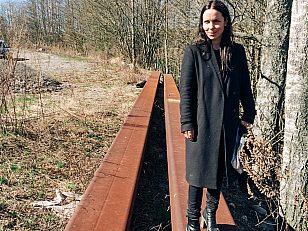 Kurator Kristine Jærn Pilgaard har jobbet tett sammen med A K Dolven om kunstprosjektet på Rådhusplassen.