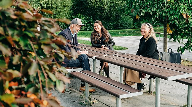 Arne Bergsgard, Ruth Holme Dammann og Sarah Jahangiry jobber sammen om trivsel i bydel Alna.
