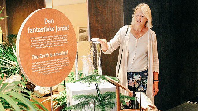 Leder for Klimahuset, Brita Slettemark, viser stolt frem utstillingene.