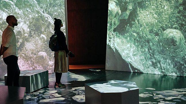 Gjennom visuelle og interaktive utstillinger gjør Klimahuset besøkende bevisste på konsekvensene av menneskeskapte og naturlige klimaendringer.