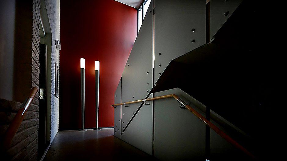 Samfunnshuset (bygget i 1960) ligger vegg i vegg med synagogen, og trappeoppgangen er gitt en stemningsfylt utforming.