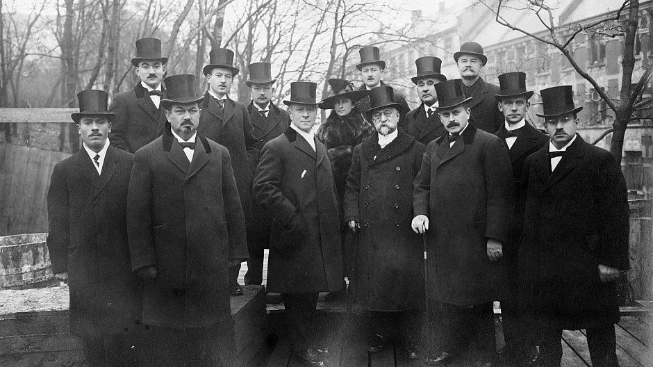 Styret og byggekomitéen i Det Mosaiske Trossamfund ved grunnsteinsnedleggelsen i 1918.