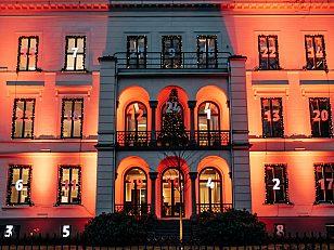 Naboen til Litteraturhuset har vært ekstra kreative denne julen. Oslos største julekalender finner du i Wergelandsveien vis á vis Slottsparken. Mon tro hva som skjuler seg bak lukene?