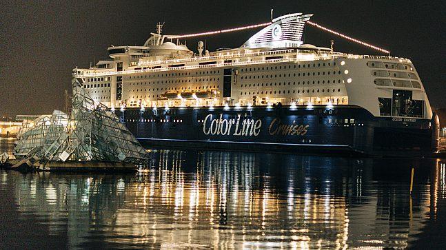 Utenfor Operahuset lyser cruiseskipet Color Fantasy opp vannflaten, og minner oss om at snart kan reise ut på eventyr igjen.