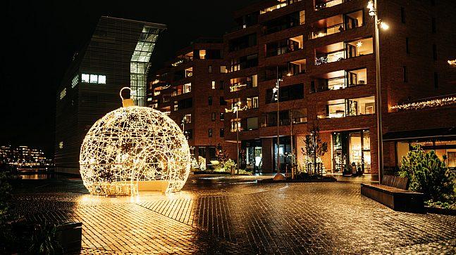Julekulen er ekstra vakker i mørket. Du finner den også i Bispevika, et steinkast unna det nye Munch-museet.