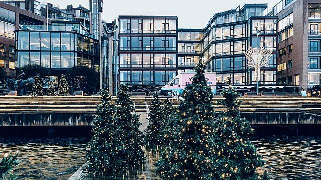 Det er stille i de ellers travle kontorbyggene og serveringsstedene på Aker Brygge og Tjuvholmen. Benytt den unike muligheten til å finne julefreden her, til lukten av gran og lyden av Oslofjorden.
