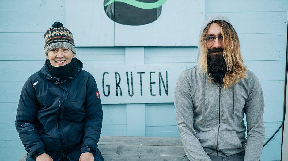 Siri og Konrad produserer østerssopp ved bruk av kaffegrut på Vollebekk Fabrikker i Oslo. De forteller mer om jobben sin lenger ned i saken.