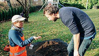For cirka 11 000 år siden kom de første menneskene til Norge. Nå graver arkeolog Marianne Bugge Kræmer etter spor fra hverdagen deres. Her i hagen til Nassim Ghassoul i Herregårdsvei 27.