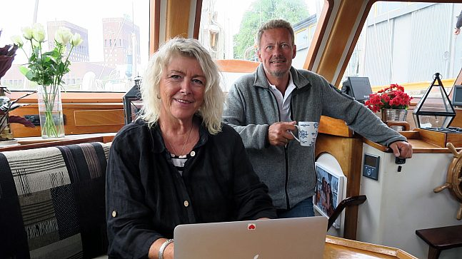 Under pandemien har Siri Bangfil og Dag-Egil Bull Sletholt hold stand fra hjemmekontor ombord i skuta på Oslofjorden.