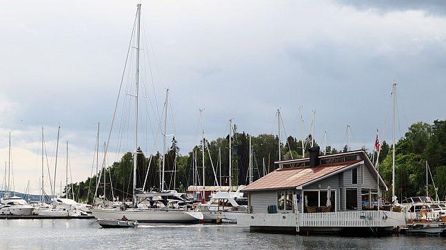 Det finnes ikke tall på hvor mange som bor fast i husbåt i Oslo hele året, men ved Killingen i Bestumkilen bor det flere – både i den spesialbygde Levebåten Marie og i andre båter av ulike slag.