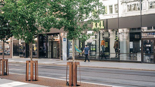 Storgata har fått tretti nye trær og bredere fortau til glede for alle som står, sitter og går i den travle sentrumspassasjen.
