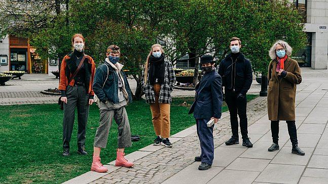Mette L'orange (t.h.) . Avbildet fra venstre: Ingaler Borg, Annie Josefin Forsberg, Matilde Wedzicha, Alan Andersen, Christian Sandbye.