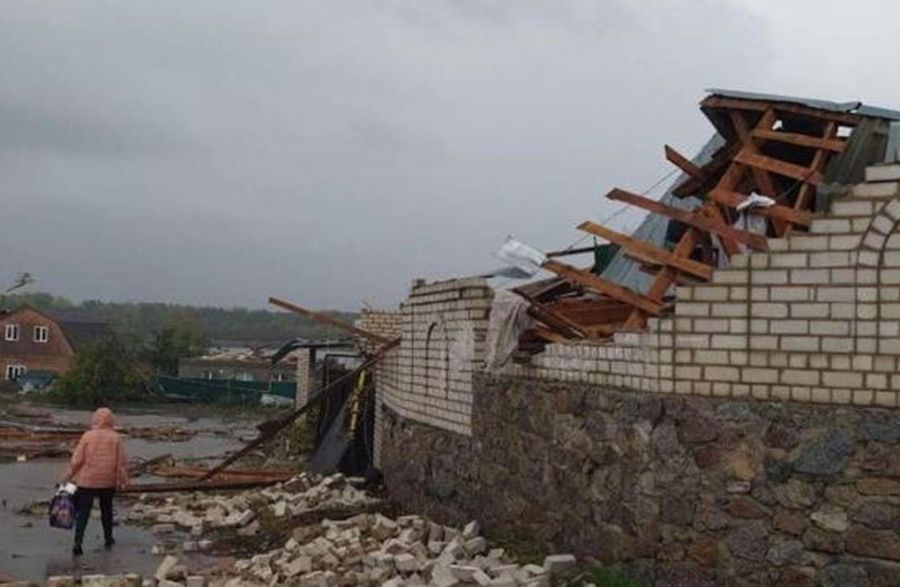 У Кропивницькому страшний ураган руйнував будівлі і піднімав машини (Фото)