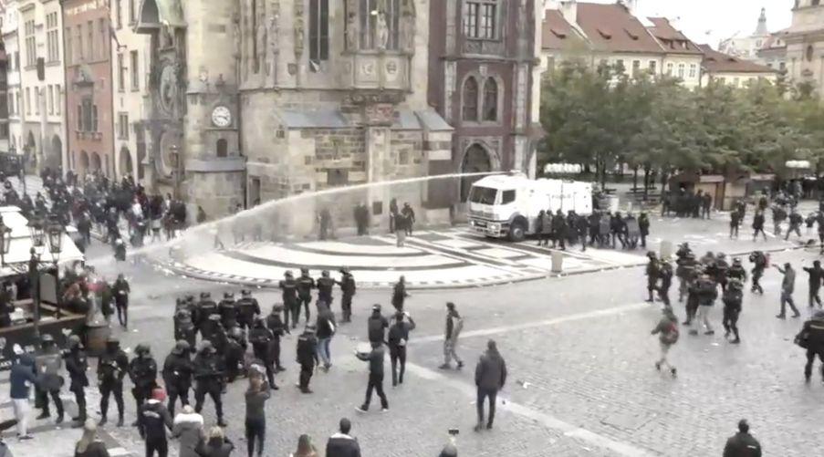 В Праге футбольные фанаты, протестующие против ограничений из-за COVID-19, вступили в драку с полицией (Видео)