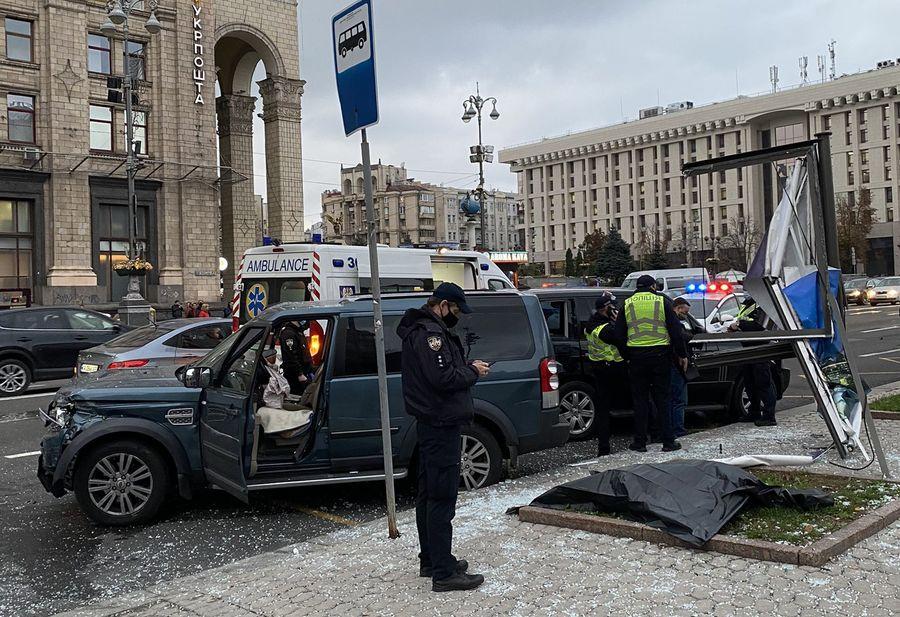 Пьяный мужчина сбил несколько человек на Майдане Независимости, есть погибшие (ВИДЕО)