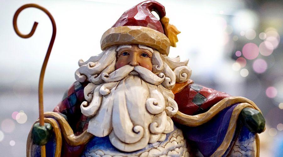 Вбрана ялинка і шезлонг: Санта Клаус відкрив різдвяний сезон посеред Мертвого моря (ВІДЕО)