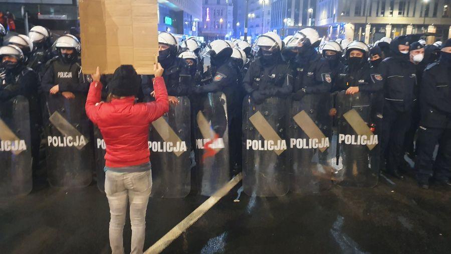 Протести в Варшаві через заборону абортів: до мітингувальників застосували газ і кийки (ВІДЕО)