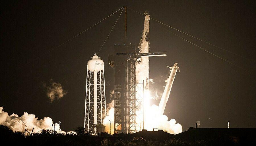 SpaceX запустила регулярный маршрут в космос (Видео)