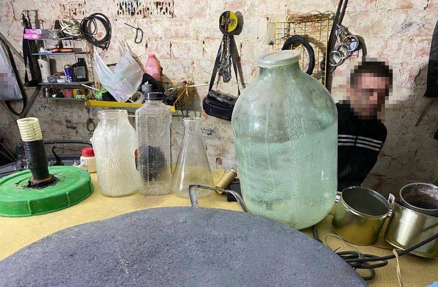 «У всі тяжкі» по-українськи: в Чернівцях поліцейські ліквідували лабораторію амфетаміну (Фото)
