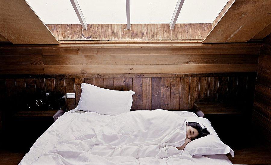 Сомнолог Дарья Лебедева рассказала, в каких позах лучше спать