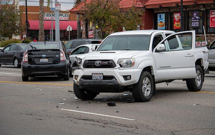 В Киеве Ford без водителя двигался по дороге и стал причиной аварии (Видео)