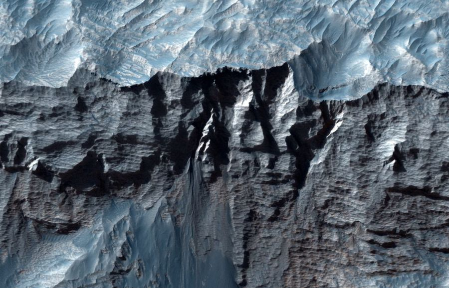 Ученые NASA показали снимок самого крупного в Солнечной системе каньона