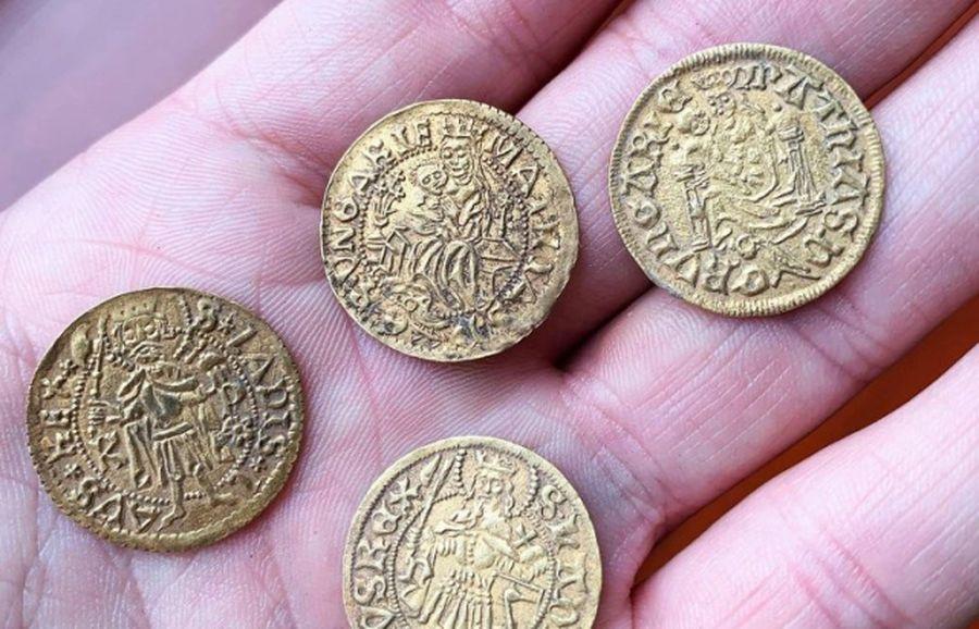Археологи обнаружили в Венгрии клад с тысячами серебряных и и золотых монет 1520 года