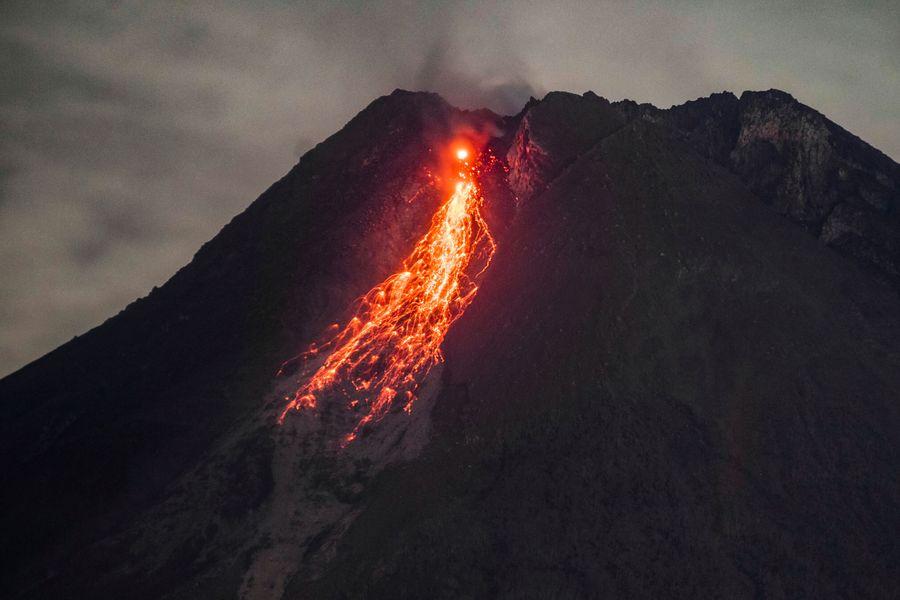 В Індонезії почав вивергатися найактивніший вулкан Мерапі (ВІДЕО)