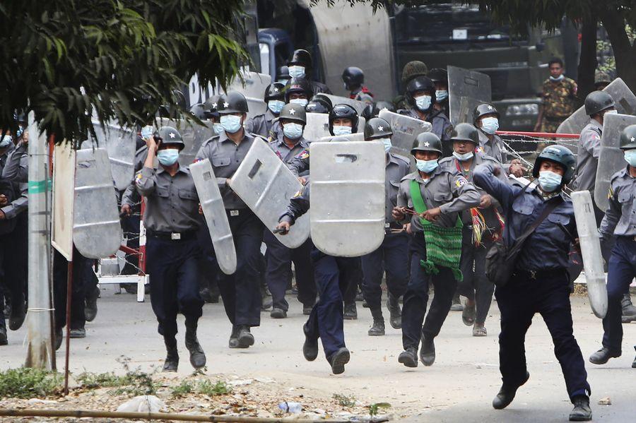 У М'янмі під час масштабного протесту силовики застосували вогнепальну зброю — є загиблі
