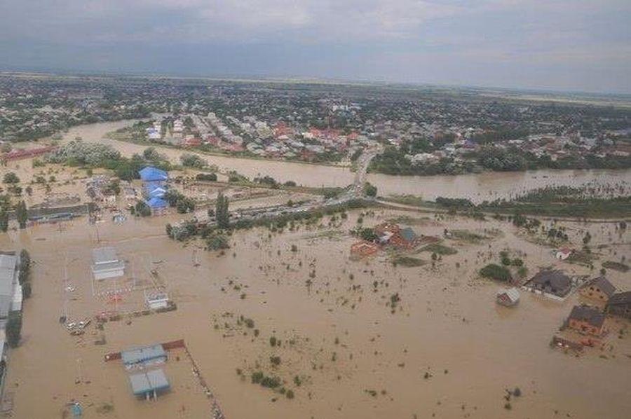 Потужні повені та зсуви в Індонезії забрали життя щонайменше 20 людей