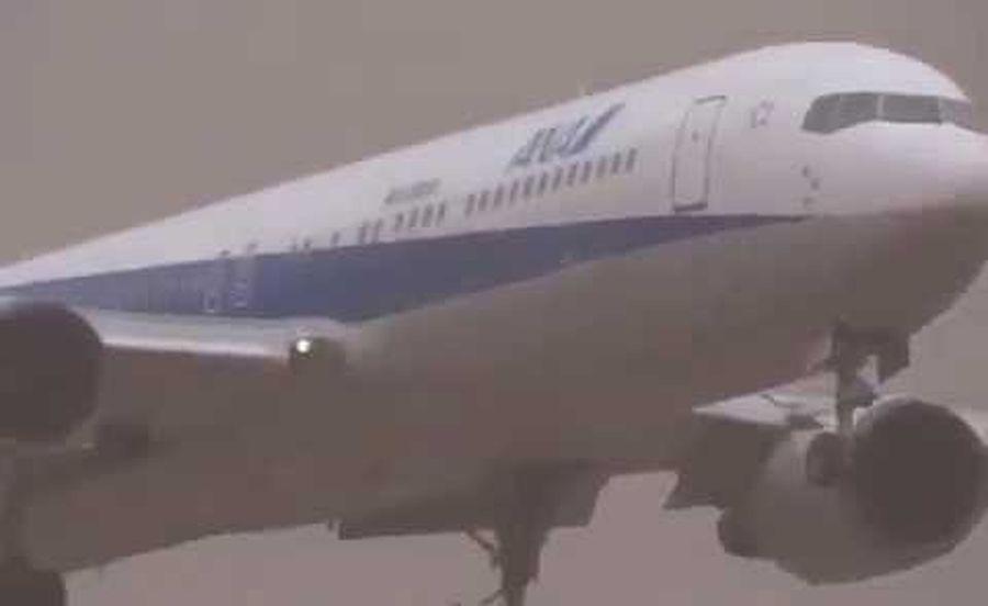 Надпотужний ураган закрутив літак, який стояв на місці (ВІДЕО)