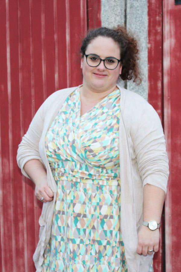 Produktfoto von einfach anziehend für Schnittmuster Kleid in Wickeloptik Leila - Plussize