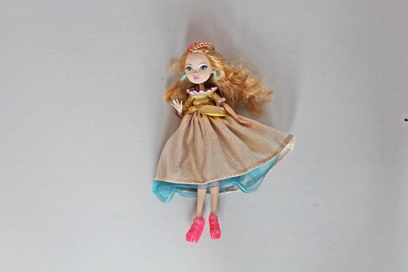 Produktfoto von Kleine Lotta Hohenberg für Schnittmuster Puppenkleid Barbie