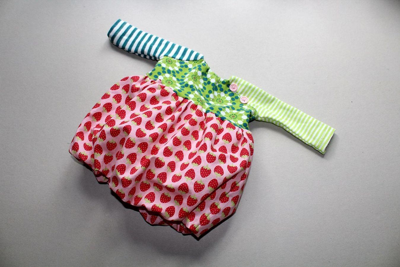 Produktfoto von Kleine Lotta Hohenberg für Schnittmuster Puppen-Ballonkleid LAOLA